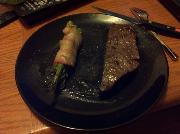 Asparagus accompaning steak